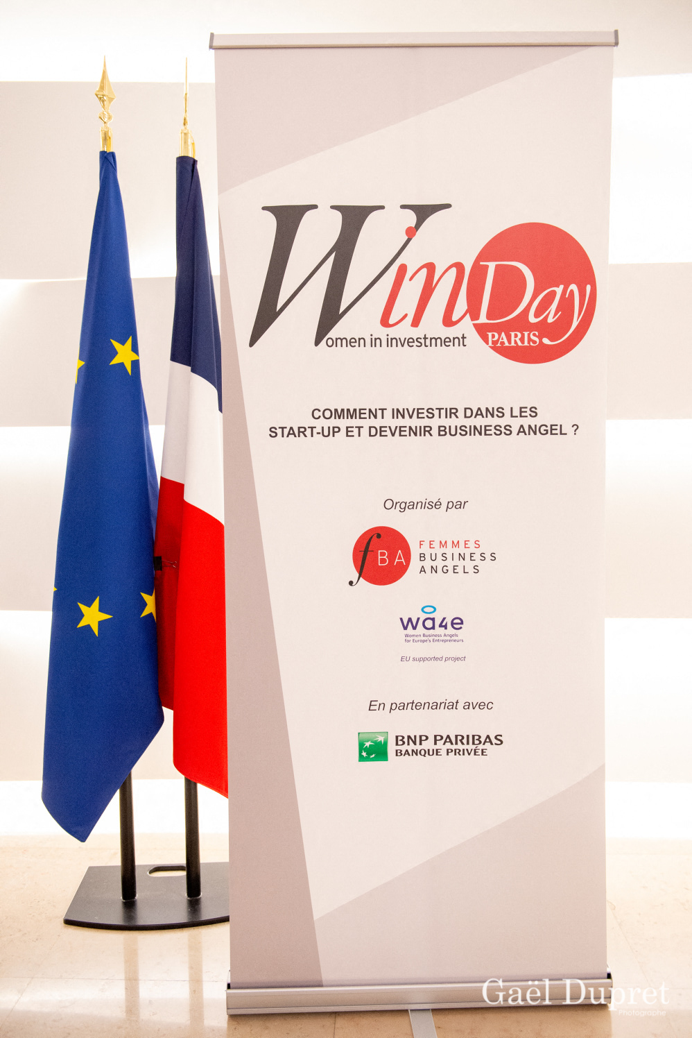 ©Gaël Dupret, France, Paris le 2018-11-15 : 2ème édition des WINDAY Paris par FBA - Femmes Business Angels. Photo : WinDay Paris par FBA - Femmes Business Angel avec les drapeaux européen et français.    WinDay Paris by FBA - Business Angel Women with European and French Flags.